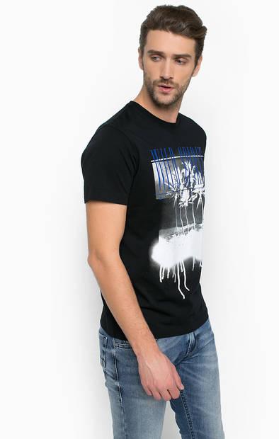 Черная футболка с контрастным принтом